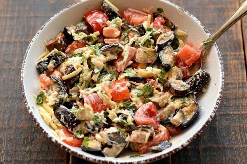 Салат с баклажанами, помидорами и сыром