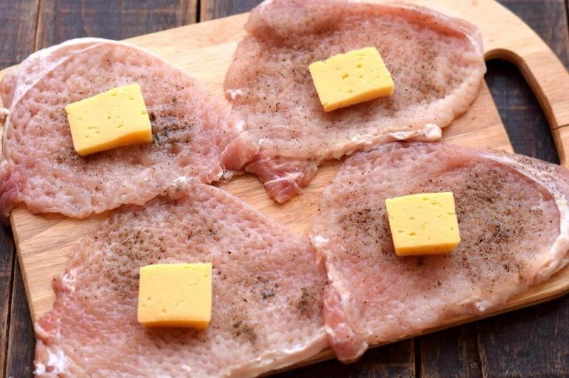 Свиные мешочки с грибами и сыром