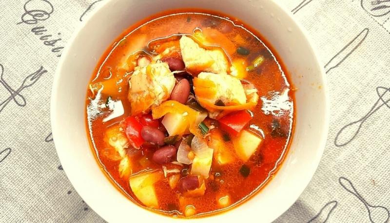 Томатный суп с курицей и фасолью.