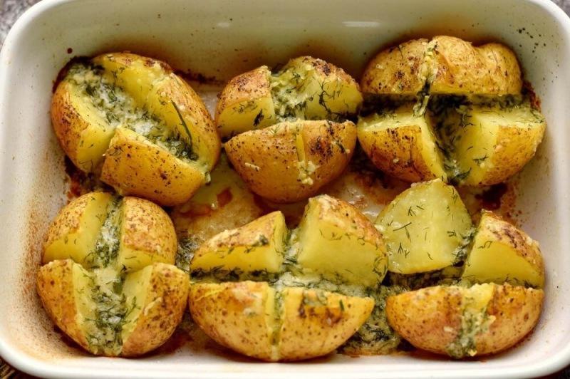 Запеченный картофель с сыром и чесноком