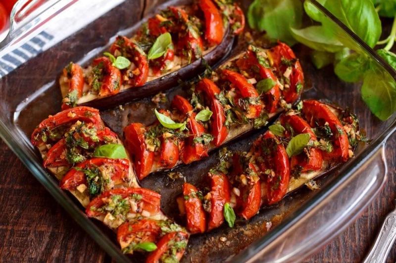 Запеченный баклажан с помидорами