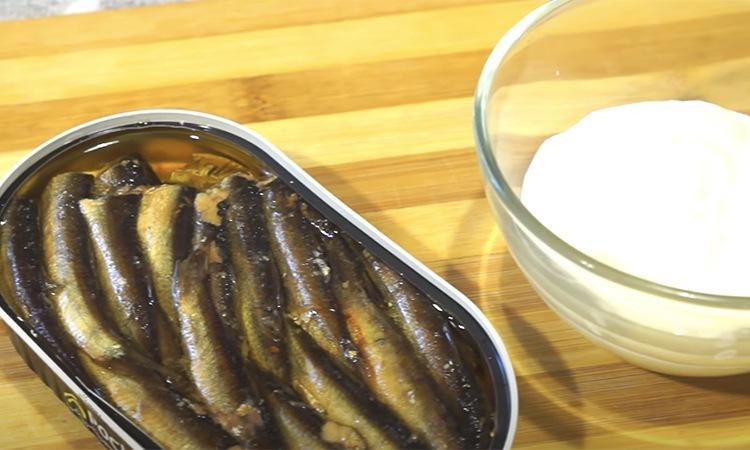 Превратите банку шпротов в настоящий рыбный пирог. За счет насыщенности вкуса начинка кажется вдвое больше