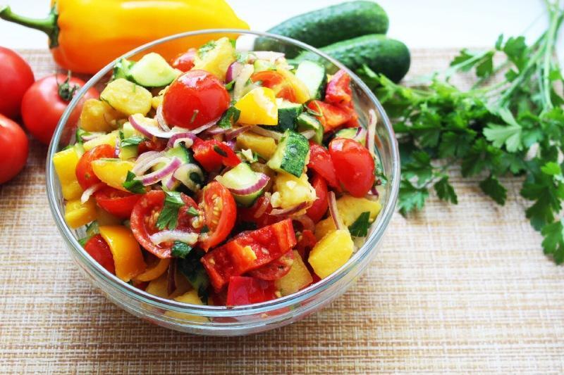 Вкуснейший теплый салат из самых доступных сезонных овощей.
