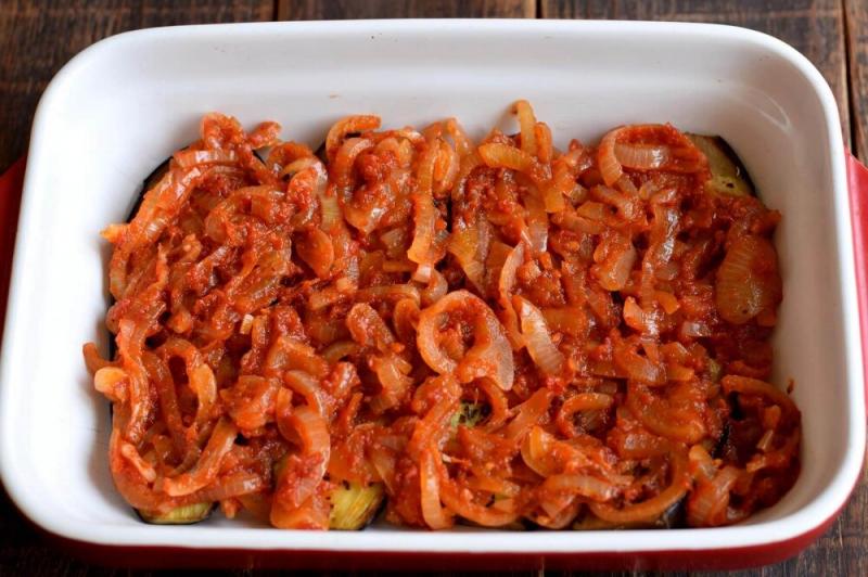Запеченные баклажаны под томатным соусом и сыром