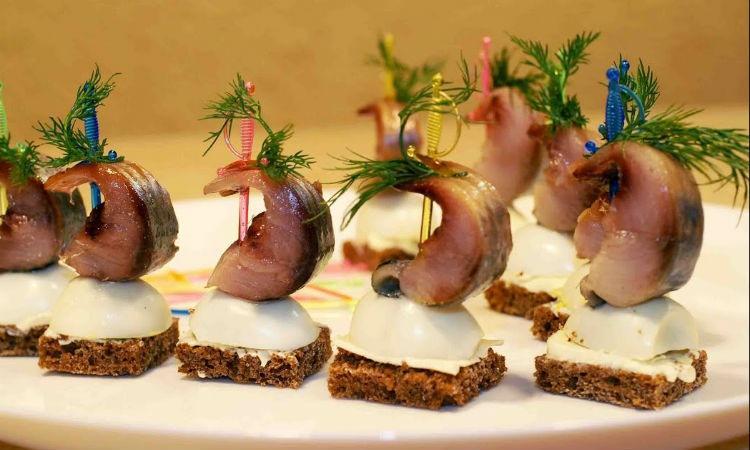 Зимние закуски из сельди: заменим скучные салаты