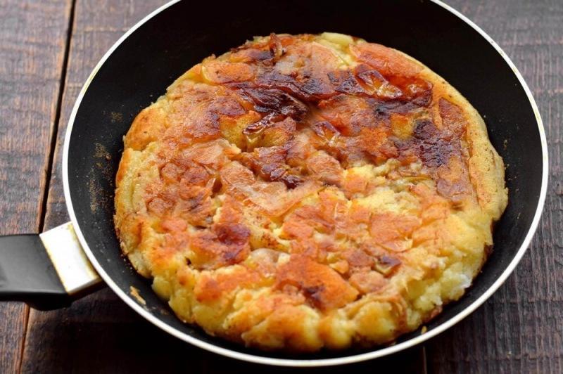 Яблочный пирог на сковороде с 1 яйцом
