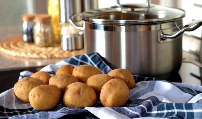 Почему не стоит выливать воду, в которой варился картофель, и как ее использовать