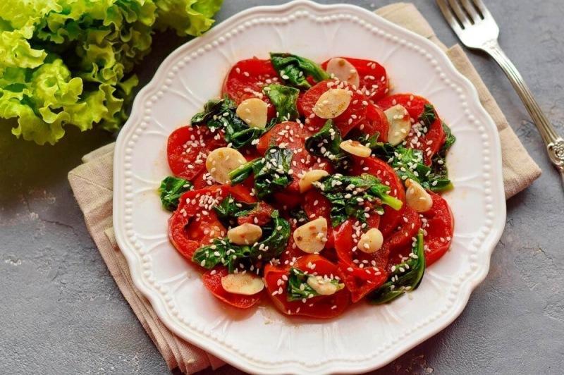 Помидоры со шпинатом и чесноком