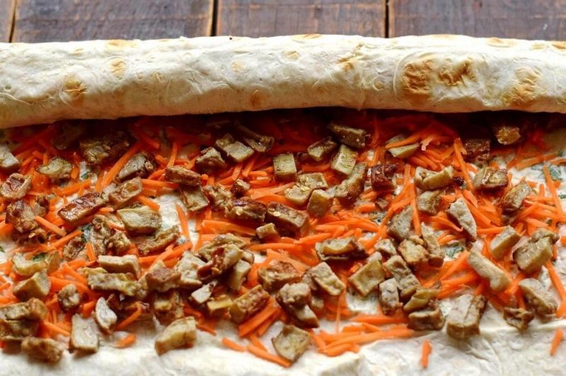 Рулет из лаваша с баклажанами и морковью