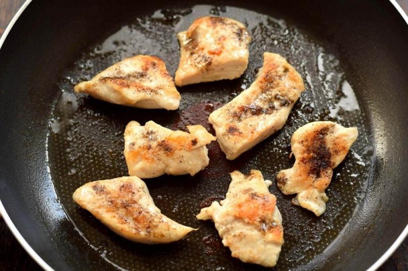 Куриный салат с ржаными гренками