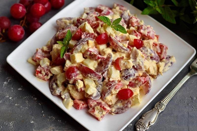 Салат с виноградом, курицей и фетой