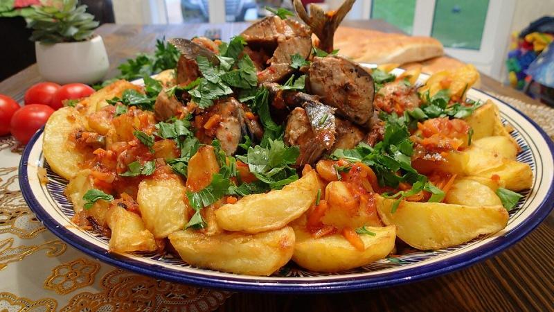Скумбрия в томатах   картошка по деревенски   делаем в казане