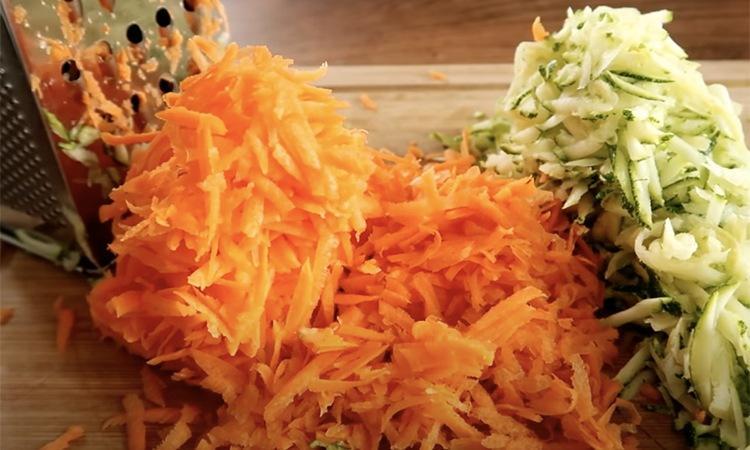 Добавьте к фаршу кабачки и морковь. Получается намного сочнее лука и не имеет горького вкуса