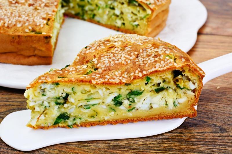Пирог с капустой 2 в 1: внутри обильная начинка и сверху выложить салат