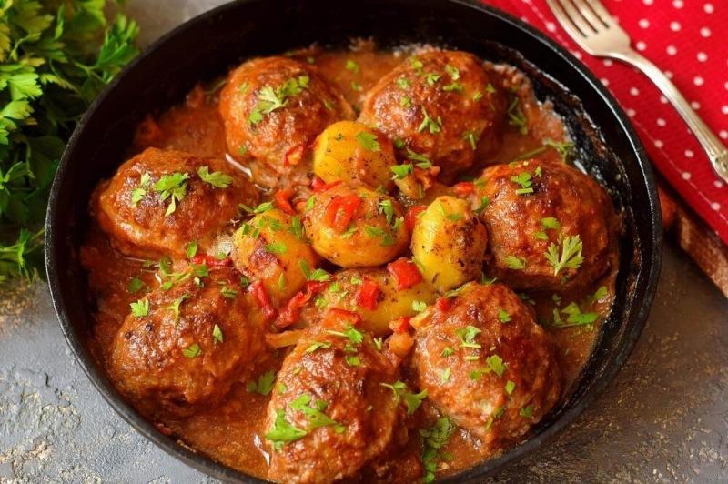 Котлеты мясные с запеченным картофелем