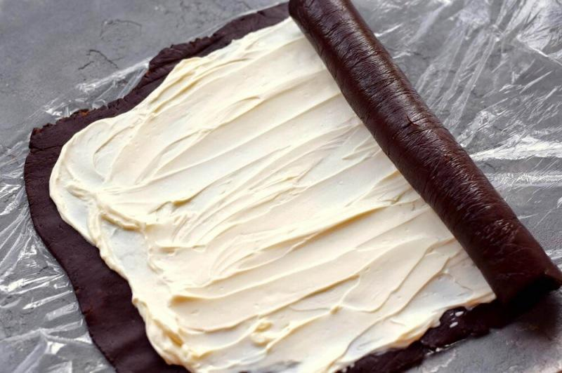 Шоколадный рулет с кремовой начинкой